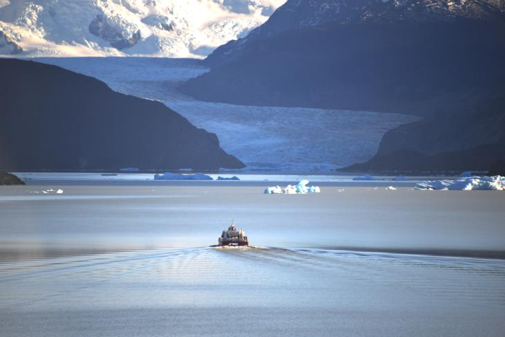 boat glaciar grey