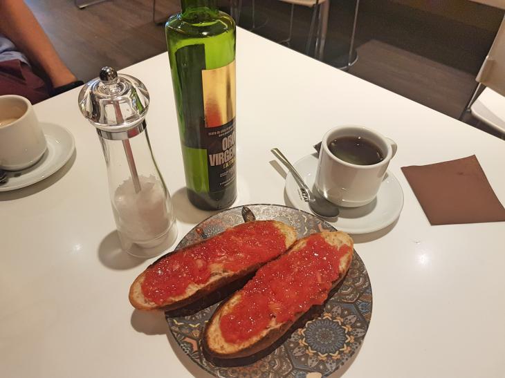завтрак с помидором